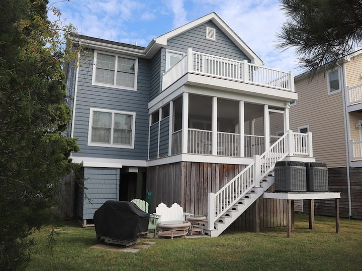 Downtown Bethany Beach house w/ gas grill, outside shower and screened porch