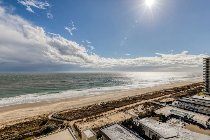 NEW LISTING! Oceanfront condo w/shared pools, hot tub, sauna, & ice rink!