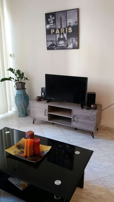 living room with the TV and radio-cd!!!