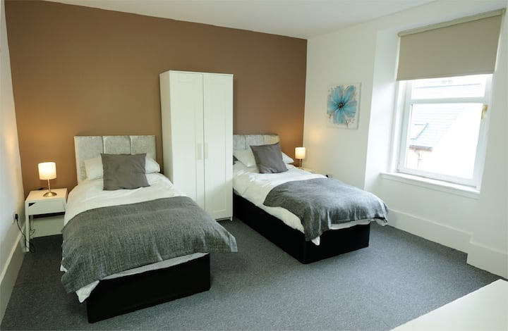 Sea View House Room 1, Buckie with Quality Twin Beds and Private Shower Room