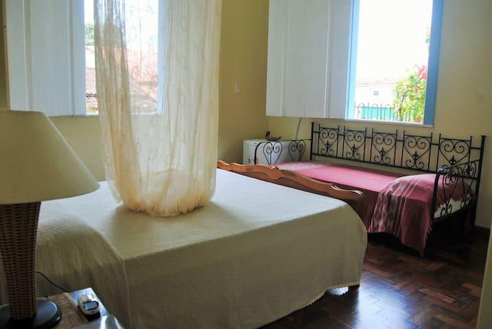 Suite 4 Espaçosa c/ ar e frigobar em Casa Colonial