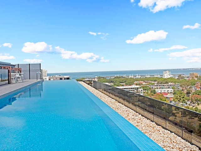 2 br apartment with wifi infinity pool st kilda for Pool show on foxtel