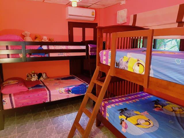 Makuuhuone kerros-sänkyillä.
