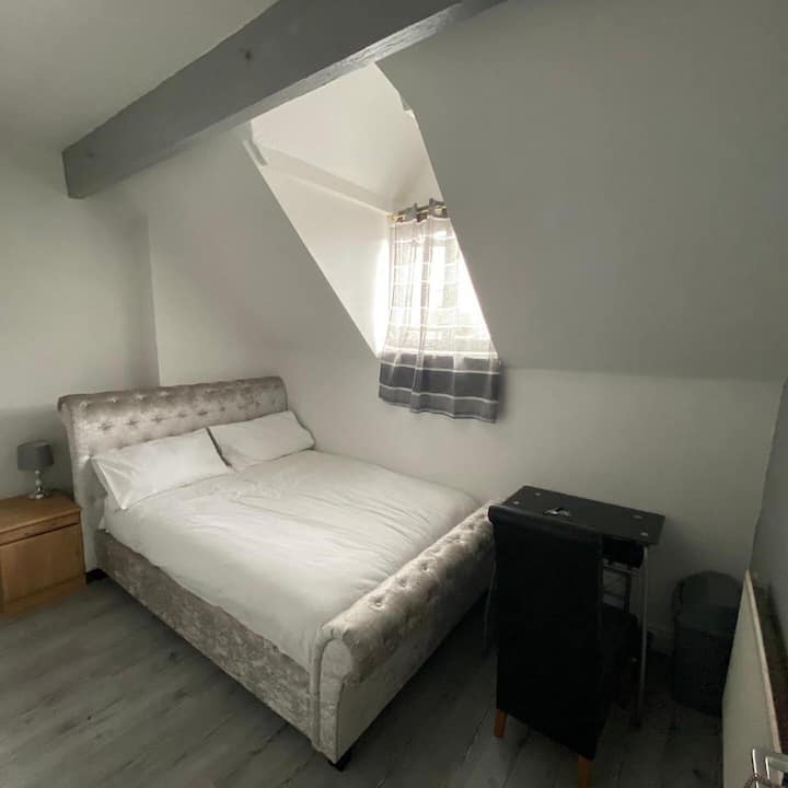 En-suite double Bed size Room in a 5 Bedroom BnB