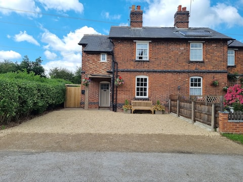 Stylish 2 Bed Victorian Cottage with hot tub