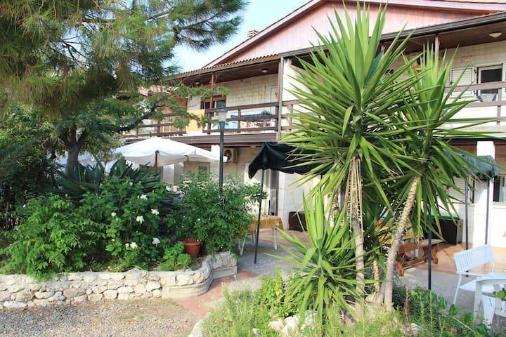"""""""Ibiscus"""" Casa con giardino e accesso in spiaggia"""