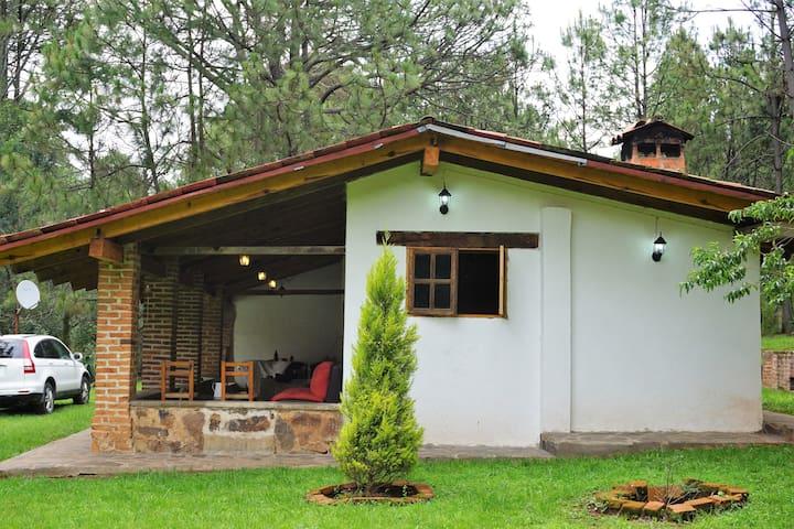 Linda cabaña privada y rodeada de bosque.