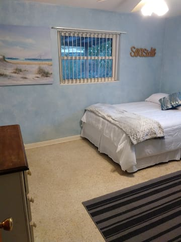 Allan's Seaside Room