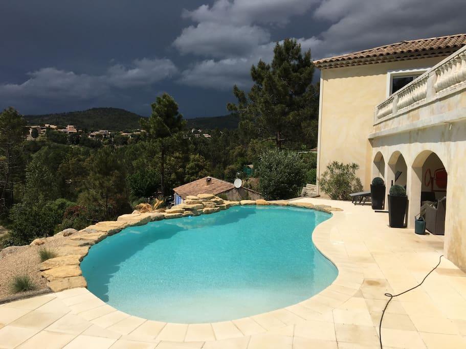la villa suspendue clim et piscine chauff e maisons louer montauroux provence alpes. Black Bedroom Furniture Sets. Home Design Ideas