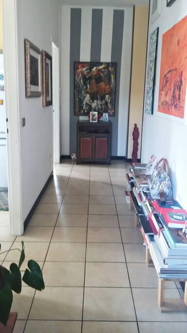 Ampio corridoio dall'ingresso che porta alla camera degli ospiti.