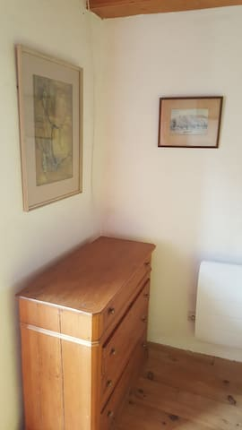 chambre avec commode, vue sur le massif du Valier