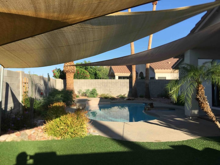 Peña: Single bedroom in our home. Pool/spa outback