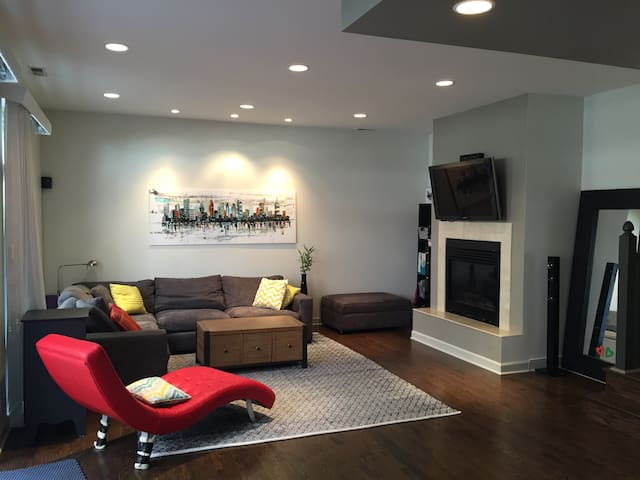Luxury 2BR/2.5BA Condo in Old Town