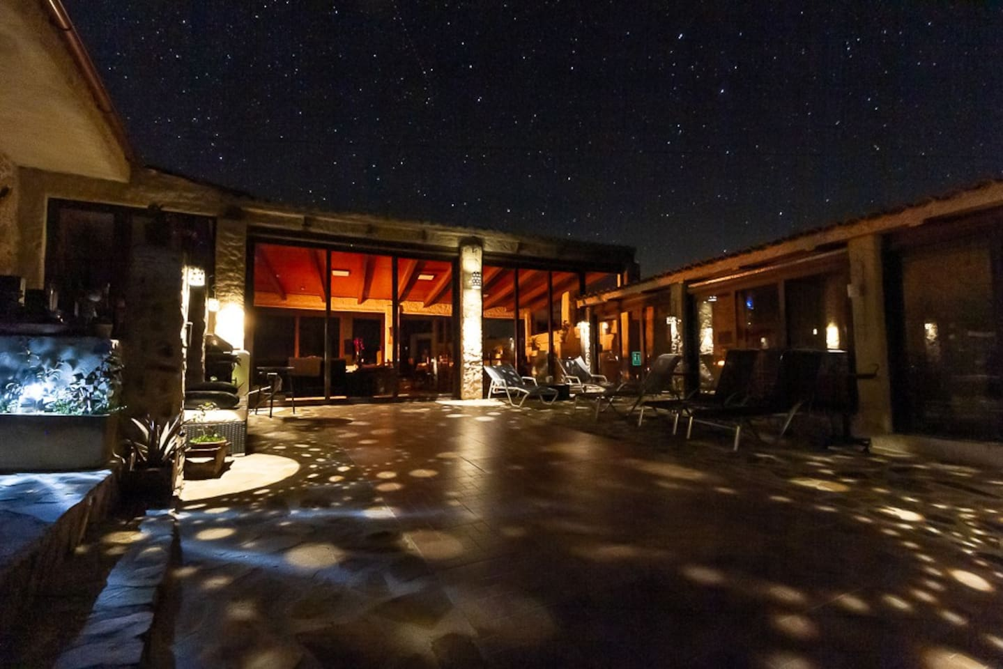 La noche es la protagonista de nuestro alojamiento astronómico. Somos guias starlight, puedes traer tu telescópio o cámara. Te ayudamos a encotrar  objetos  del catálogo Messier.  Tu pon las ganas nosotros  los medios.