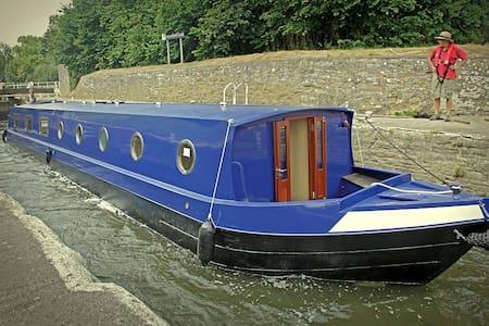 Canal Houseboat - Sleeps 2 - 6 - Bath