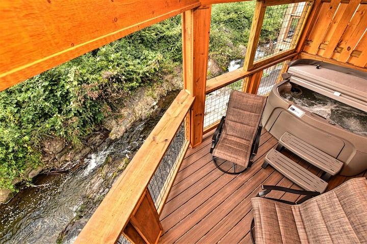 Brand New WaterSide Cabin/HotTub/Walk 2 Gatlinburg