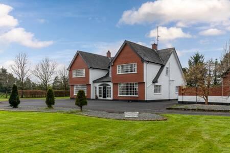 Unique & Spacious Country House