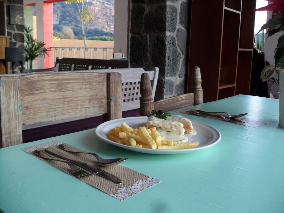 """Restaurante """"Miel y Comino"""", comida tepozteca y manjares del mundo. Deléitate con desayuno americano, especialidades vegetarianas, ayurvédicas, veganas e internacionales."""