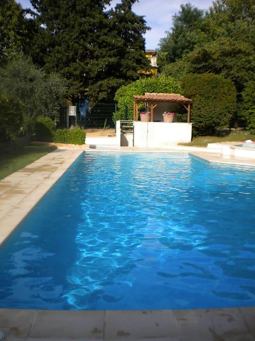 Studette rez de jardin dans r sidence avec piscine for Camping a aix en provence avec piscine