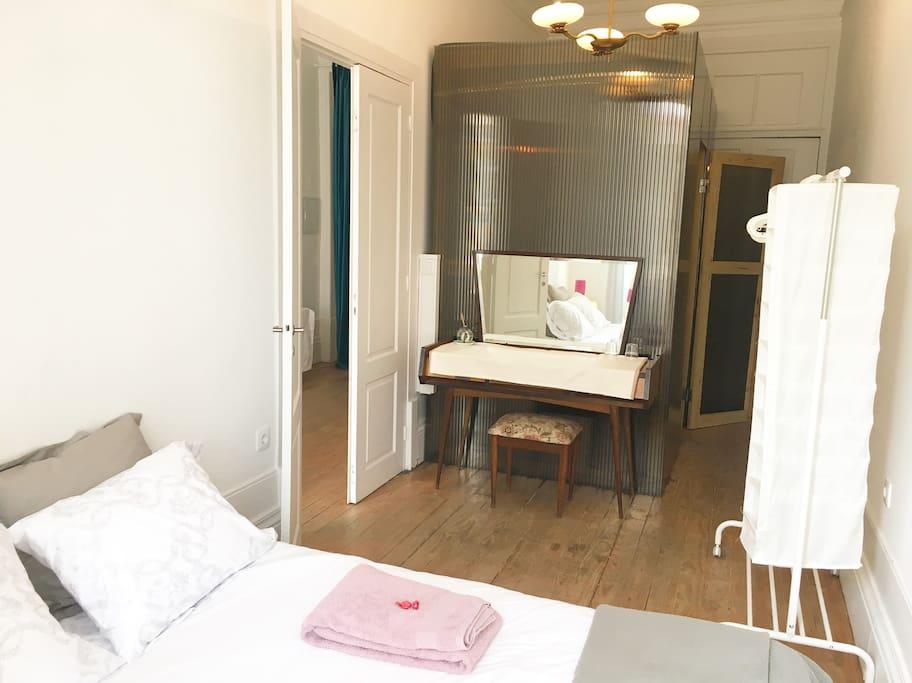 Comfortable double bedroom. | Acogedor dormitorio doble. | Chambre double très confortable.