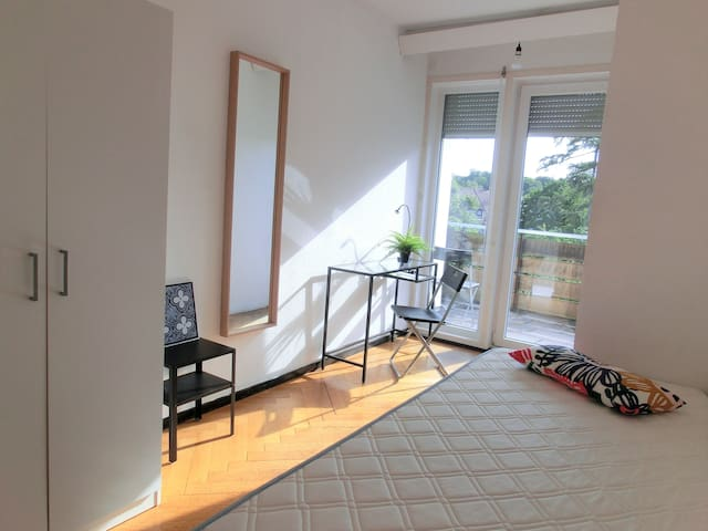 Zimmer mit Balkon mit Sicht ins Grüne in Feuerbach