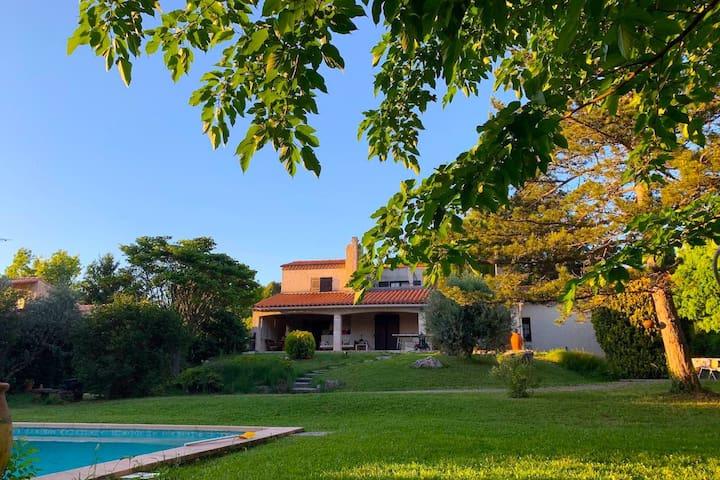 Maison dans un écrin de verdure piscine plein sud.