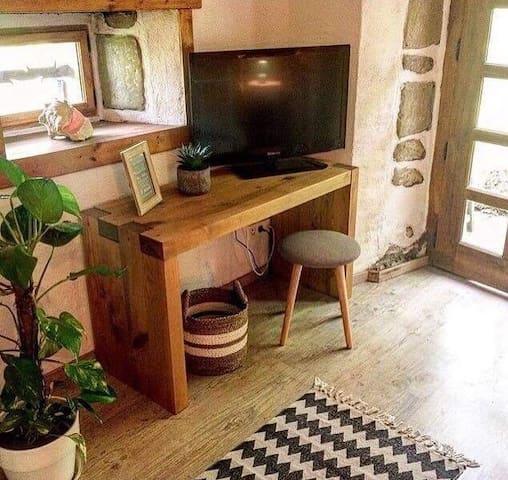 Petit bureau avec télévision