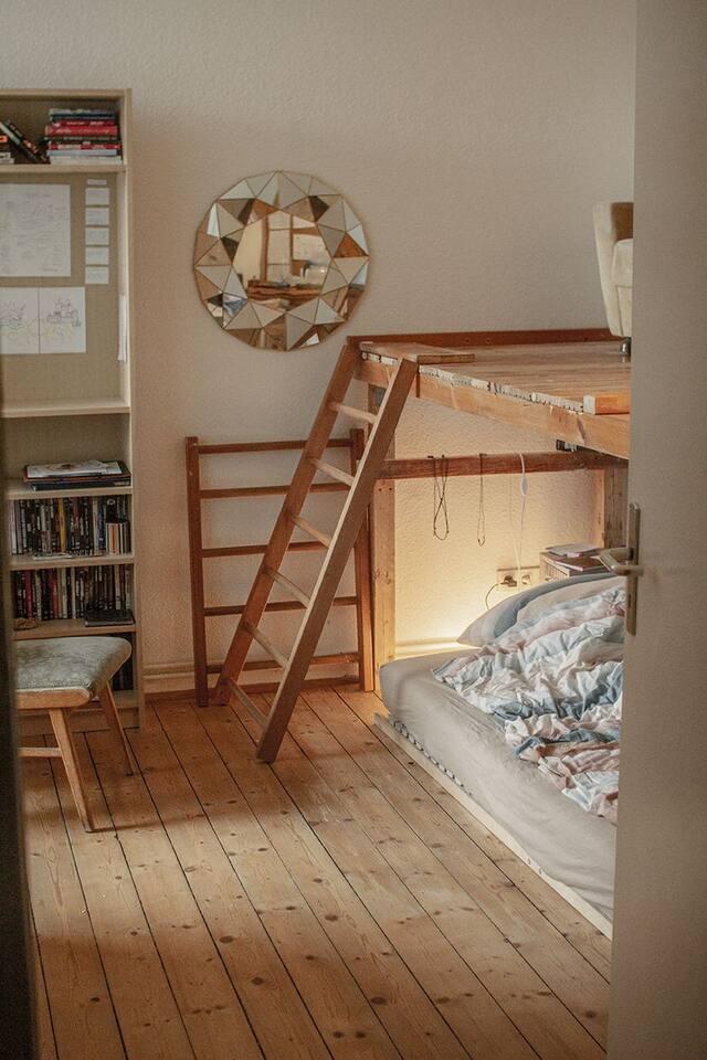 Gemütliches Schlafzimmer mit Arbeitsflächen