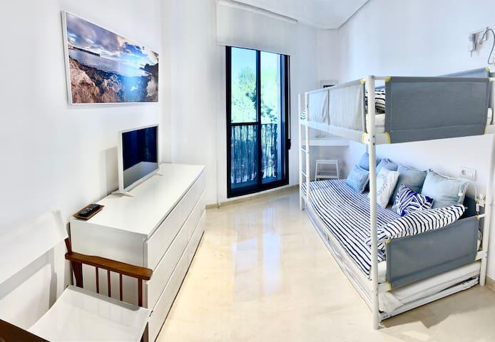 vista general segundo dormitorio con litera triple