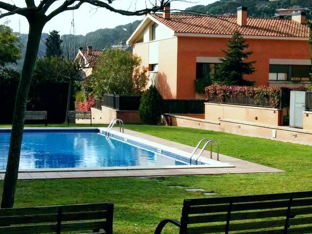 Casa con jardín piscina comunitaria - Cabrils - Haus