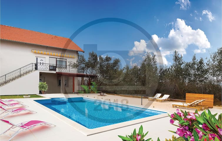 Holiday cottage with 5 bedrooms on 164 m²