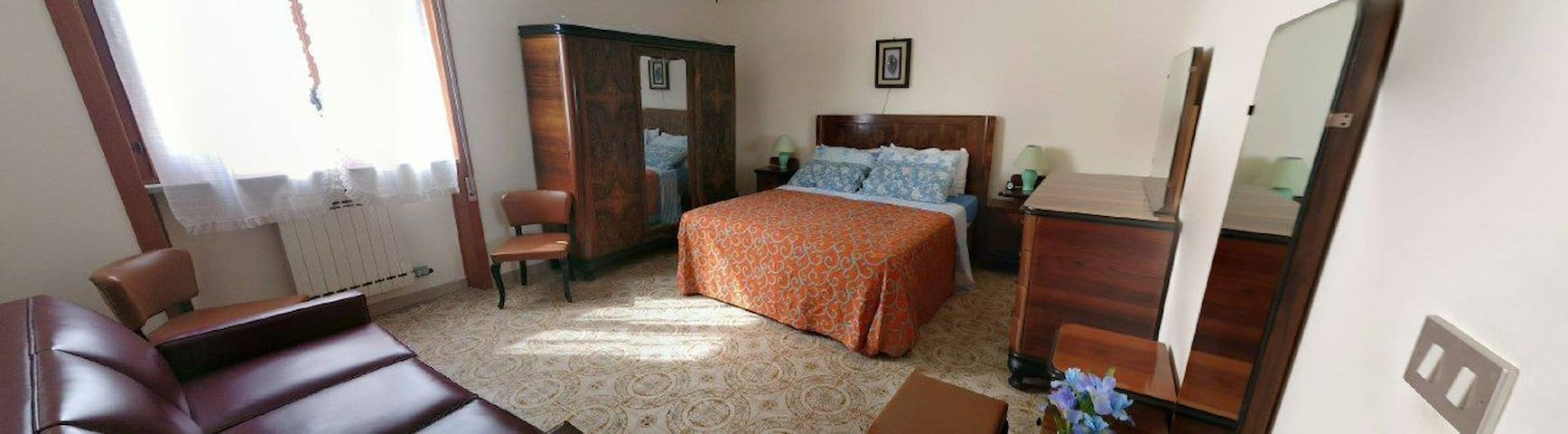 Stanza con letto matrimoniale e due poltrone - letto, con armadio privato e cassettiera