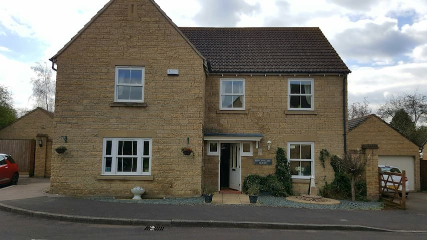 Cotswold Stone 5 bedroom house - Calne - House