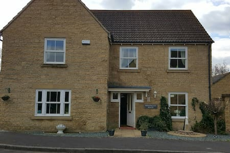 Cotswold Stone 5 bedroom house - Calne - Casa