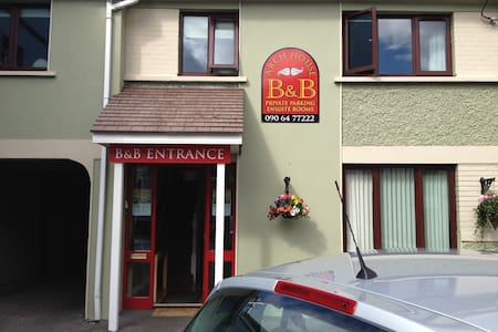 ARCH HOUSE BED & BREAKFAST  Guest Double Room 1 - Athlone