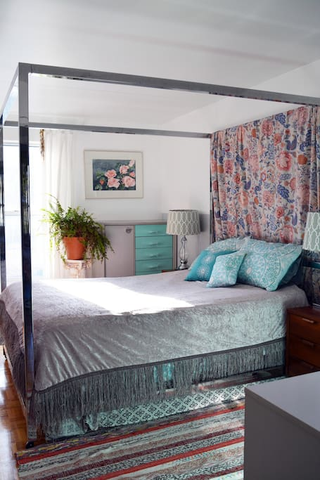 Master bedroom: comfortable queen size Art Deco style bed to ensure sweet dreams!