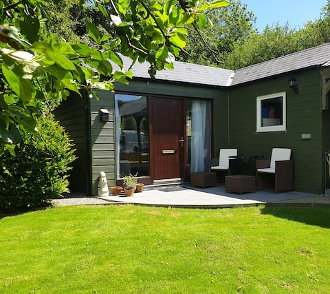 Seperate Garden room,ensuite& patio with parking