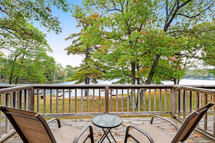 Dog-friendly, lakefront studio w/ shared dock, sports courts & game room