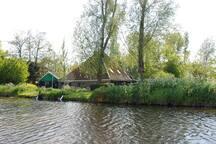 In de buurt van Oostwoud staan nog veel karakteristieke Westfriese stolpboerderijen.