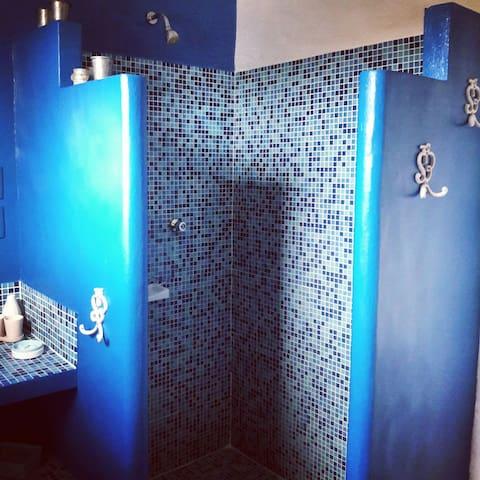 Banheiro privativo com água quente.