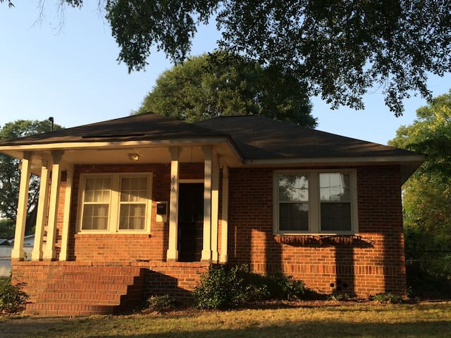 All Brick 2br/1ba Home with a Great Location - Roma - Casa
