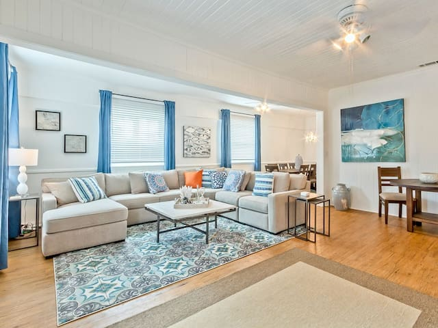 Beautifully Decorated and Updated 1930s Cottage 2 blocks to Popular South End Beach and Restaurants - Bikini Top