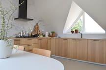 De keuken is modern en voorzien van alle gemakken