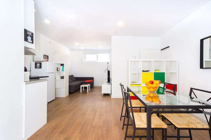 Cozy refurbished flat private patio, fast wifi+A/C