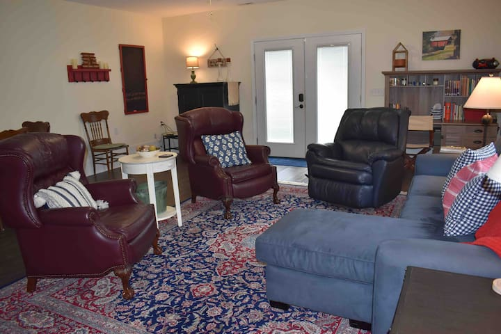 Travelers Rest Country Retreat  Two miles to NGU