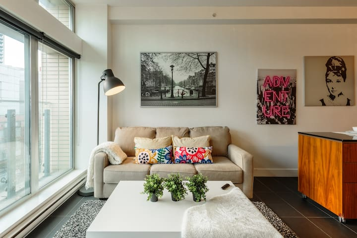 Funky Modern Gastown Loft In Downtown Core!