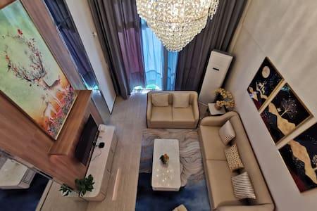 海花岛楼王顶层复式三居室