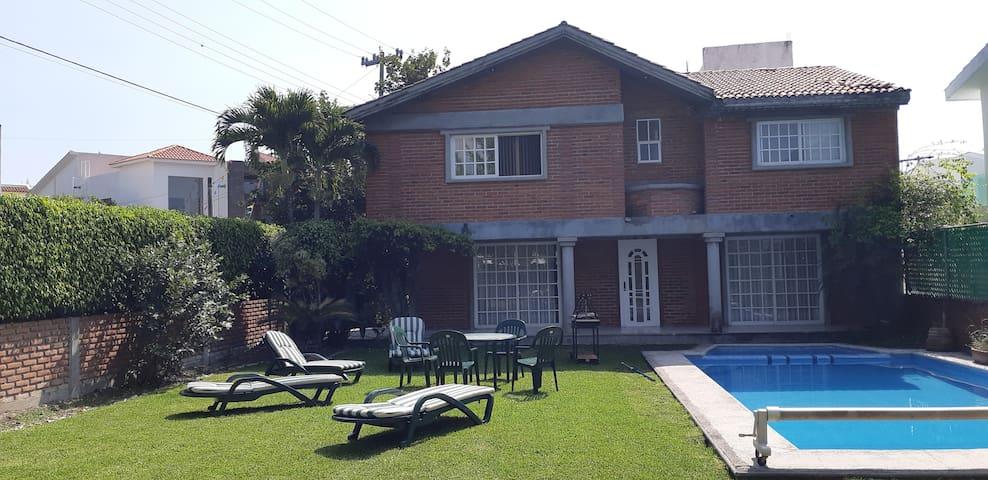 Hermosa casa en lomas de cocoyoc  5H+3.5B