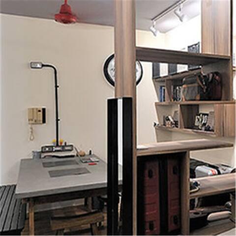 ห้องพักปลอดบุหรี่มีโทรทัศน์จอแบนระบบช่องสัญญาณเคเบิล ตู้นิรภัยและมีเครื่องใช้ในห้องน้ำฟรี ห้องน้ำในตัวมีฝักบัว มีเตารีดและโต๊ะรีดผ้าเมื่อแจ้งความประสงค์