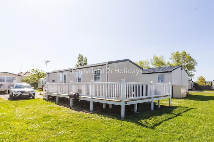 8 berth luxury caravan with decking to hire in Naze Marine Essex ref 17045NM